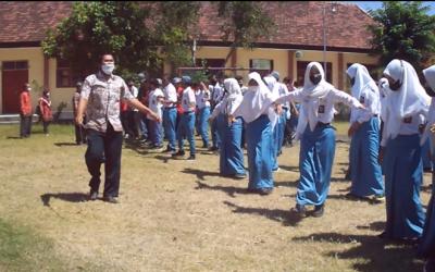Tangkal Virus Corona Seluruh Warga SMK Negeri 1 Kendit dengan Berjemur