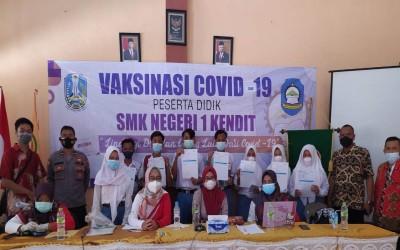 Upaya Memutus Penyebaran COVID-19 SMK Negeri 1 Kendit Melaksanakan Vaksinasi